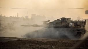 دبابة اسرائيلية تمر في منطقة لم يتم الكشف عنها في قطاع غزة خلال عملية الجرف الصامد، 31 يوليو 2014 (IDF Spokesperson's Unit)