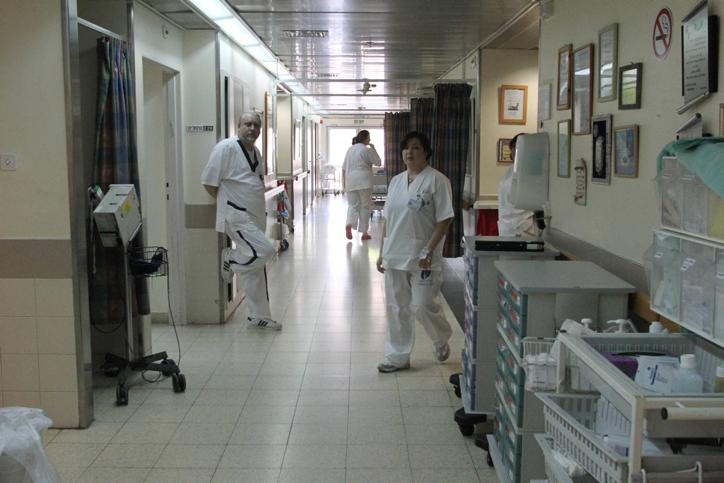 صورة توضيحية لاطباء وممرضات في اسرائيل (Meir Partush/Flash90)