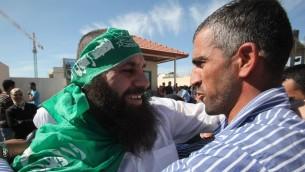 اسير من حركة حماس تم اطلاق سراحه ضمن صفقة شاليط يعانق اقربائه في رام الله، 18 اكتوبر 2011 (Yossi Zamir/Flash90)