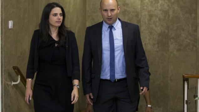 وزيرة العدل أييليت شاكيد (من اليسار) ووزير التعليم نفتالي بيينت يصلان إلى جلسة المجلس الوزاري الاولى للحكومة الإسرائيلية ال34 في ديوان رئيس الوزراء في القدس، 15 مايو، 2015. (Yonatan Sindel/Flash90)