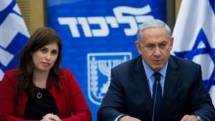 رئيس الوزراء بينيامين نتنياهو، من اليمين، إلى جانب نائبة وزير الخارجية، تسيبي حطفلي، خلال جلسة لفصيل 'الليكود' في الكنيست، 21 ديسمبر، 2015. (Yonatan Sindel/Flash90)