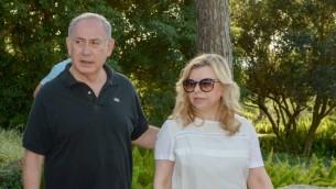 رئيس الوزراء بنيامين نتنياهو وزوجته، سارا، خلال نزهة في رمات هانديف، في شمال اسرائيل، 25 ابريل 2016 (Amos Ben Gershom/GPO)