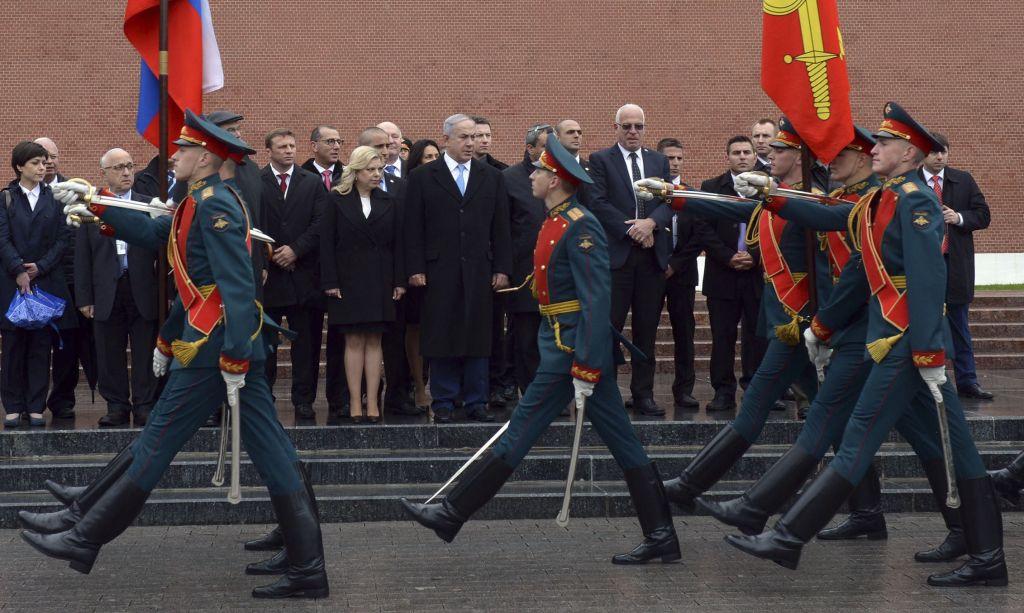 """رئيس الوزراء بنيامين نتنياهو يزور """"قبر الجندي المجهول"""" في مركز موسكو، 7 يونيو 2016 (Haim Zach / GPO)"""