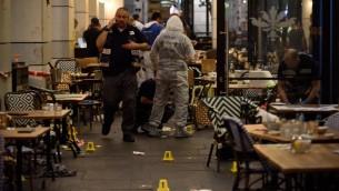قوات الأمن في المكان حيث قام مسلحان بفتح النار في مجمع سارونا التجاري في تل أبيب، 8 يونيو، 2016 (Gili Yaari/Flash90)
