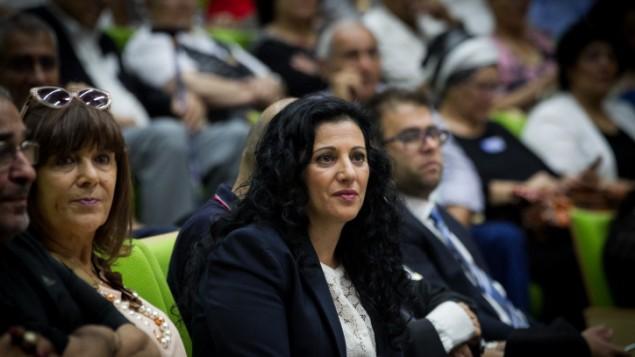 عضو الكنيست نوريت كورين تدير حدث حول قضية الاطفال اليمنيين في الكنيست، 21 يونيو 2016 (Miriam Alster/FLASH90)