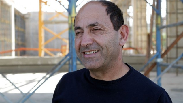 رجل الأعمال الإسرائيلي رامي ليفي، الذي يقوم بإنشاء أول مجمع تجاري إسرائيلي-فلسطيني على بعد أمتار قليلة من الضفة الغربية. (Luke Tress / Times of Israel)