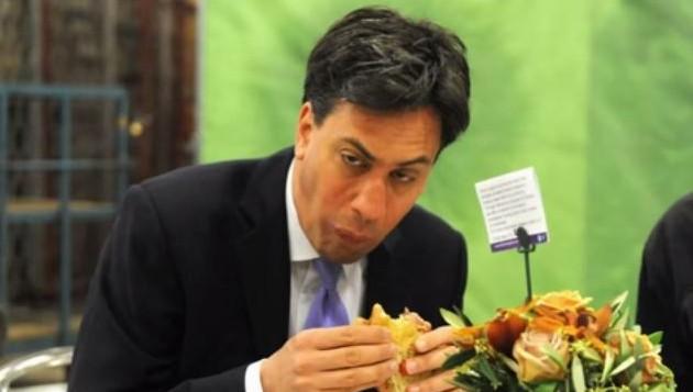 رئيس حزب العمل البريطاني السابق إد ميليباند يأكل شطيرة لحم مقدد، مايو 2014 (screen capture: YouTube/BETTYSBUDGIE)