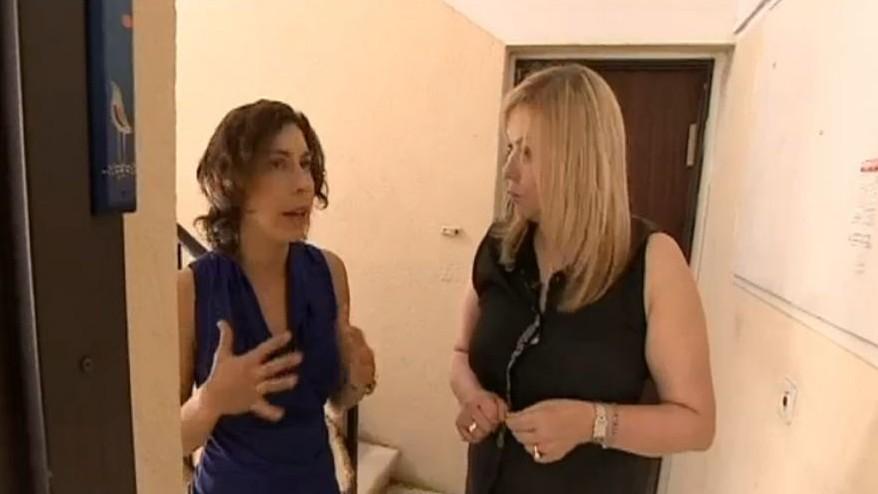 عوفري حيفيتس غرادي تحدث مراسلة القناة العاشرة عن لقائها مع احد معتدي هجوم تل ابيب في 8 يونيو 2016، والذي ادخلته الى شقتها (Channel 10 screenshot)