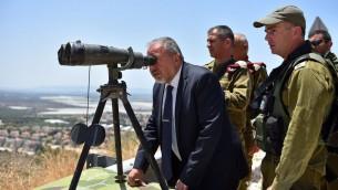 وزير الدفاع افيغادور ليبرمان خلال جولة على الحدود الإسرائيلية الشمالية، 7 يونيو 2016 (Ariel Hermoni/Defense Ministry)