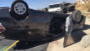 مركبة إسرائيلية تعرضت لإطلاق نار من مركبة عابرة ما أسفر عن مقتل شخص، 1 يوليو، 2016. (وحدة المتحدث بإسم الجيش الإسرائيلي)