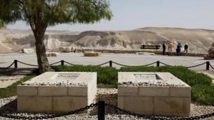 قبر دافيد ين غوريون، اول رئيس وزراء اسرائيلي، وزوجته باولا، في كيبوتس سدي بوكر في النقب (Moshe Shai/Flash90)