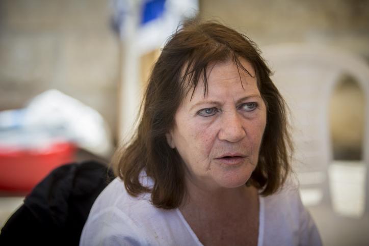والدة الجندي الإسرائيلي المقتول اورون شاؤول خلال مظاهرة امام منزل رئيس الوزراء بنيامين نتنياهو في القدس، 30 يونيو 2016 (Yonatan Sindel/Flash90)