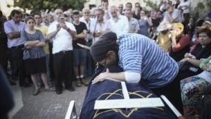 رينا أريئيل تودع ابنتها هاليل يافا (13 عاما) التي قُتلت بعد تعرضها للطعن بيد منفذ هجوم فلسطيني في منزلها، خلال جنازة الابنة في مستوطنة كريات أربع، 30 يونيو، 2016. (Yonatan Sindel/Flash90)