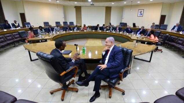 رئيس الوزراء بينيامين نتنياهو خلال لقاء مع رئيس رواندا بول كاغامه، في كيغالي، رواندا، 6 يوليو، 2016. (Kobi Gideon/GPO)