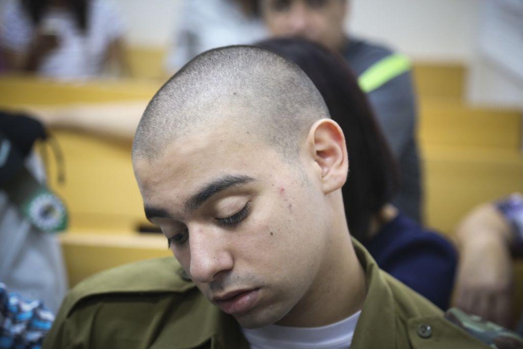 ايلور عزاريا، الجندي الإسرائيلي الذي اطلق النار على رأس معتدي فلسطيني في الخليل، في محكمة يافا العسكرية، 12 يوليو 2016 (Flash90)