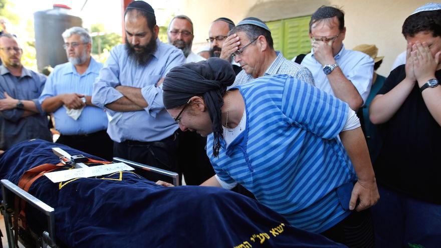 رينا، والدة هاليل يافا ارئيل (13 عاما) التي قُتلت طعنا بهجوم في مستوطنة كيريات اربع في الضفة الغربية، خلال تشييع جثمان ابنتها في مستوطنة كيريات اربع، 30 يونيو 2016 (Gil Cohen-Magen/AFP/Getty Images)