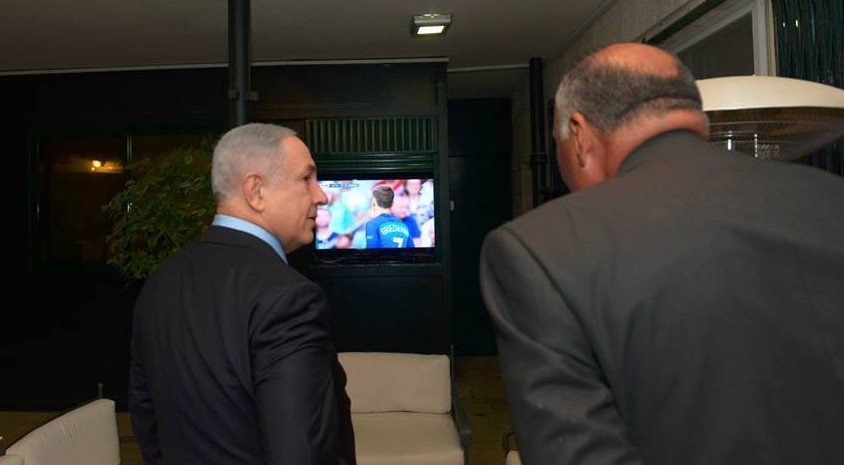 رئيس الوزراء بنيامين نتنياهو، وضيفه، وزير الخارجية المصري سامح شكري يشاهدان نهائي مباريات يورو 2016 في منزل رئيس الوزراء في القدس، 10 يوليو 2016 (Haim Zach / GPO)