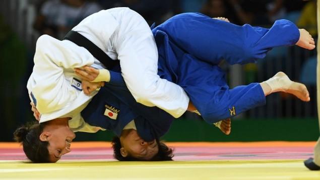 لاعبة الجودو الإسرائيلية ياردين جربيخلال مباراتها مع ميكو ناشيرو اليابانية للفوز بالميدالية البرونزية في الالعاب الاولمبية في ريو، 9 اغسطس 2016 (AFP PHOTO / Toshifumi KITAMURA)