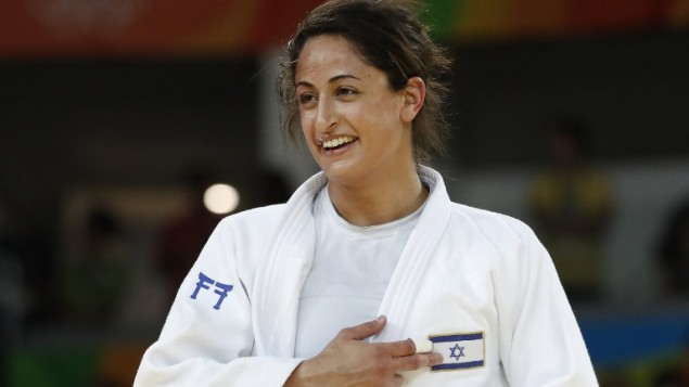 لاعبة الجودو الإسرائيلية ياردين جربي تشير الى علم اسرائيل بعد هزيمتها ميكو ناشيرو اليابانية للفوز بالميدالية البرونزية في الالعاب الاولمبية في ريو، 9 اغسطس 2016 (AFP PHOTO/Jack GUEZ)