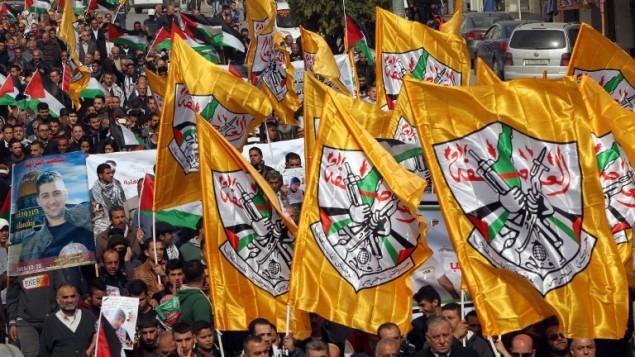 متظاهرون فلسطينيون يرفعون اعلام حركة فتح خلال مظاهرة في مركز مدينة الخليل في الضفة الغربية، 4 نوفمبر 2016 (AFP/HAZEM BADER)