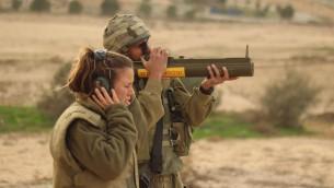 جندي اسرائيلي يطلق سلاح خفيف مضاد للدبابات خلال تدريب في قاعدة عسكرية في جنوب اسرائيل، 4 ديسمبر 2012 (Zev Marmorstein/IDF Spokesperson's Unit/Flickr)