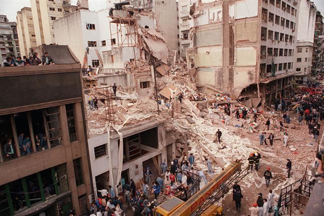 الحطام بعد تفجير عام 1994 في اميا، بوينس آيرس (Argentina/Wikipedia Commons)