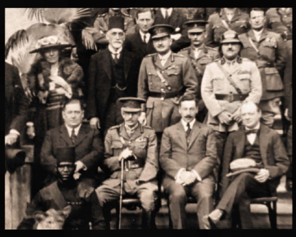 صورة التقطت في مؤتمر القاهرة عام 1921. يظهر ساسون حسقيل بجانب غرترود بيل في الصف الثاني من اليسار، ووينستون تشرتشل في اسفل اليمين (Courtesy: wikipedia)