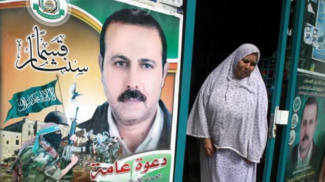 ملصق عليه ثورة مستورد اسلحة حماس الذي تم اغتياله محمود المبحوح في جبالية، شمال قطاع غزة، 23 مارس 2010 (Abed Rahim Khatib/Flash90)