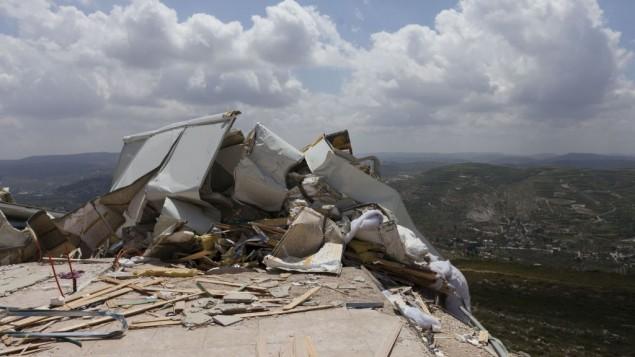 مباني غير قانونية هدمهتها قوات الامن في مستوطنة يتسهار، ابريل 2014 (Flash90)