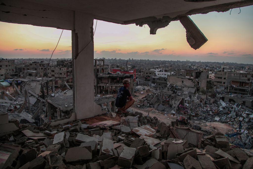 رجل يجلس داخل منزل مهدم في حي الشجاعية في قطاع غزة، 28 اغسطس 2014 (Emad Nassar/Flash90)