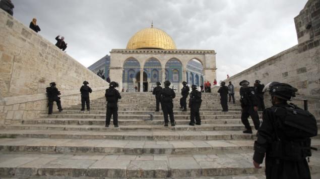 القوات الإسرائيلية خلال اشتباكات مع فلسطينيين في الحرم القدسي بعد صلاة الجمعة، 22 فبراير 2013 (Sliman Khader/Flash90)