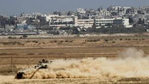 """دبابات اسرائيلية من طراز """"مركافا"""" على حدود قطاع غزة، 6 اغسطس 2014 (Miriam Alster/ Flash 90)"""