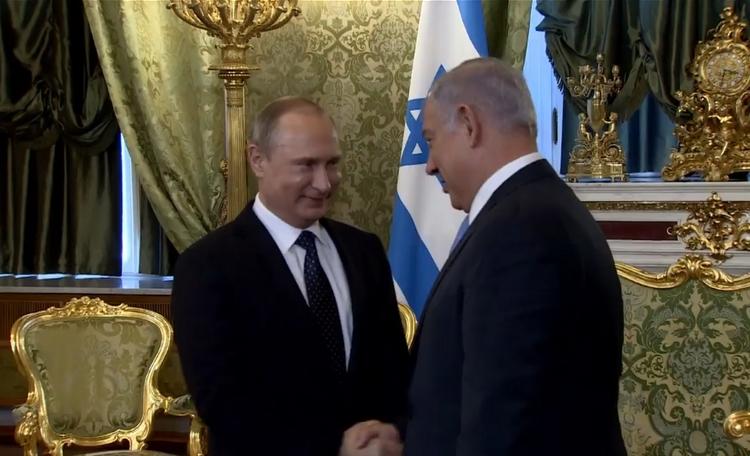 الرئيس الروسي فلاديمير بوتين يرحب برئيس الوزراء بنيامين نتنياهو في الكرملين، 7 يونيو 2016 (screen capture: Facebook)