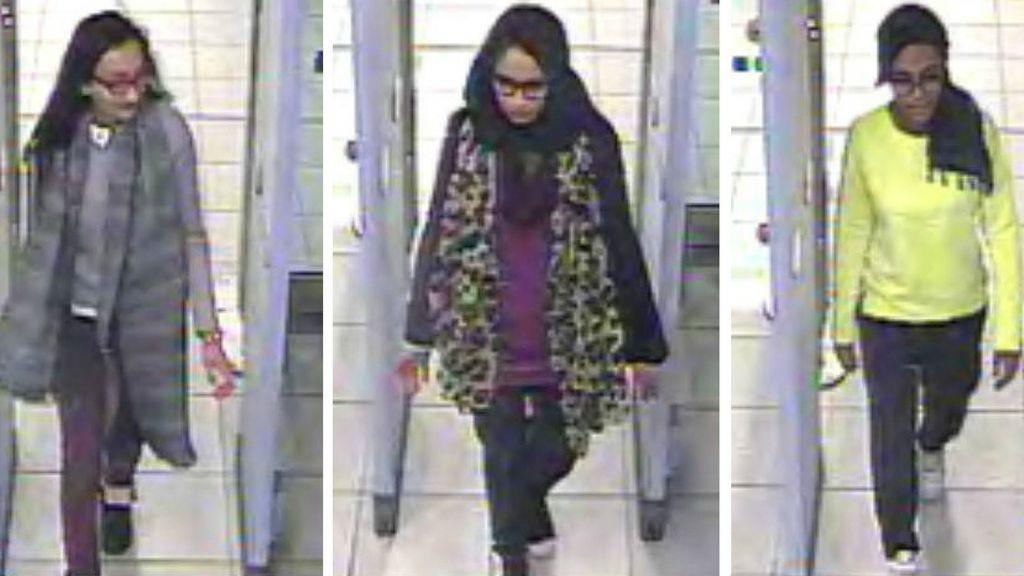 صور من كاميرات مراقبة لثلاث المراهقات البريطانيات (من اليسار)، كازيدا سلطانة، شاميما بيجوم، واميرة عباس، يمرين في الفحوصات الامنية في مطار غاتويك (London Metropolitan Police)