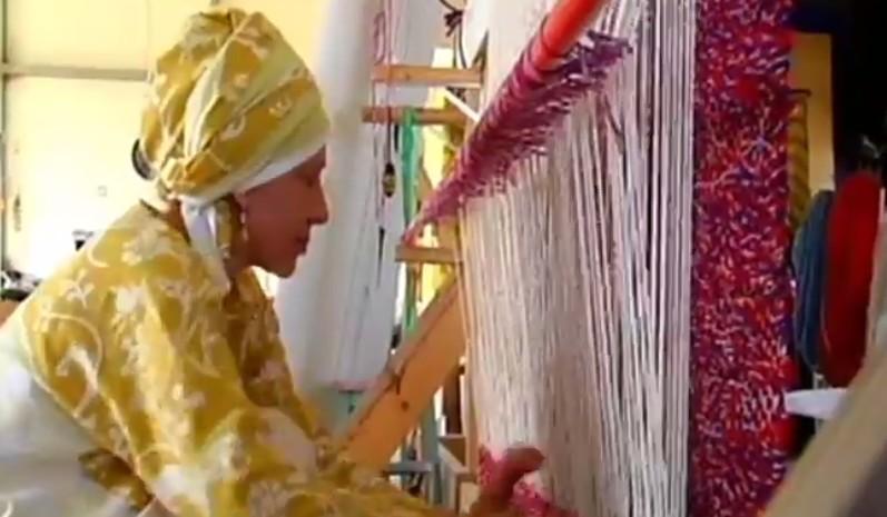 """امرأة تحيك """"باروخيت"""" تجهيزا لبناء الهيكل الثالث، في مستوطنة ايتمار بالضفة الغربية (Channel 2 News)"""