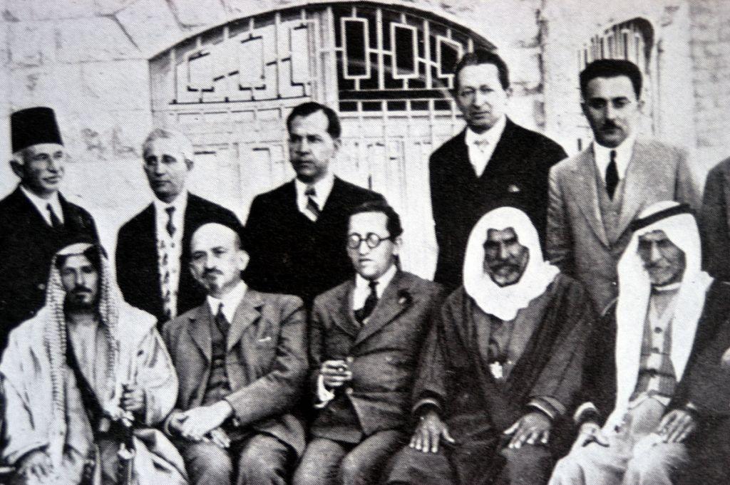 حايم ارلوزوروف (يجلس، مركز) مع حايم فايزماس (يساره) في لقاء مع قادة عرب في فندق كينغ ديفيد في القدس، 8 ابريل 1933 (Via Wikipedia)