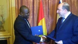 مدير عام وزارة الخارجية دوري غولد يوقع على اتفاق لاحياء العلاقات الدبلوماسية مع غينيا، 20 يوليو 2016 (Foreign Ministry)