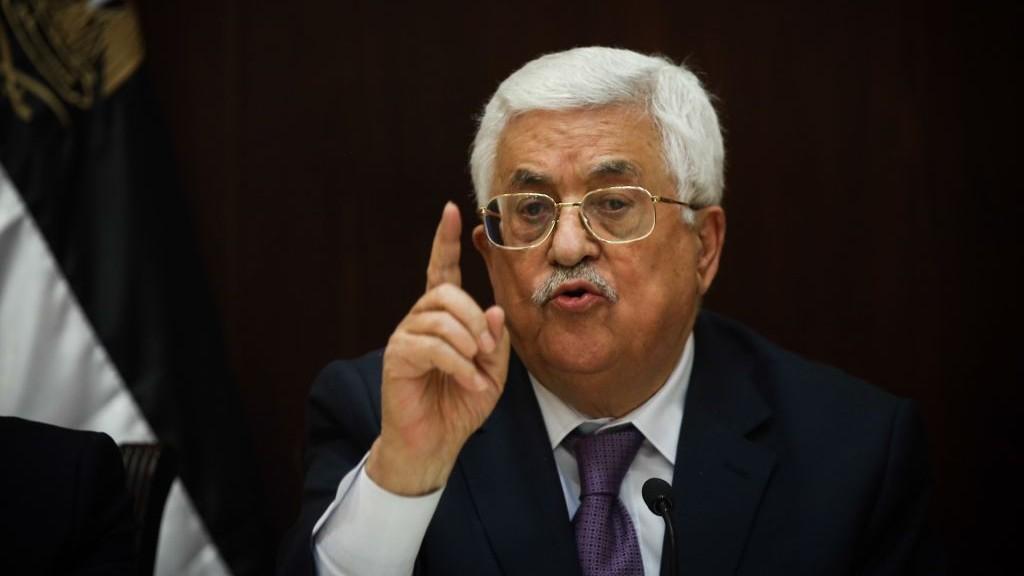 رئيس السلطة الفلسطينية محمود عباس يتحدث مع الصحافة الإسرائيلية في رام الله، 21 يناير 2016 (Yonatan Sindel/Flash90)