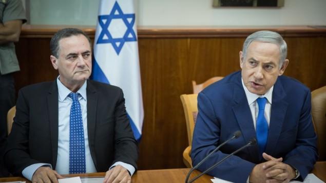 رئيس الوزراء بنيامين نتنياهو ووزير المواصلات يسرائيل كاتس خلال جلسة الحكومة الاسبوعية في مكتب رئيس الوزراء في القدس، 4 سبتمبر 2016 (Hadas Parush/Flash90)