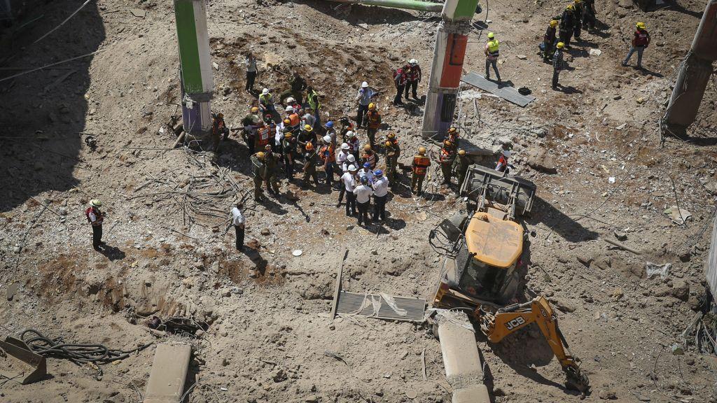 طواقم الإنقاذ تقوم بإخراج رجل من تحت أنقاض مبنى انهار في حي رمات هحيال في شمال تل أبيب، 5 سبتمبر، 2016. (Miriam Alster/Flash90)