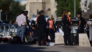 مسعفون وعناصر الشرطة في ساحة هجوم طعن في القدس، 19 سبتمبر 2016 (Yonatan Sindel/Flash90)