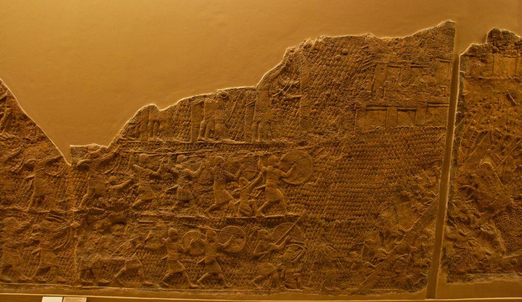 جزء من النقش البارز من لخيش، الذي يُعرض في المتحف البريطاني (CC BY-SA Mike Peel, Wikimedia Commons)