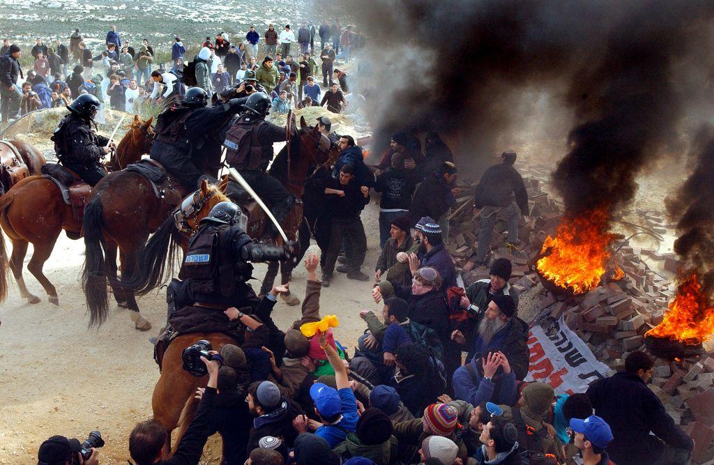 اشتباكات بين الشرطة ومستوطنين في بؤرة عمونا الاستيطانية عام 2006 (Yossi Zamir/ Flash90)
