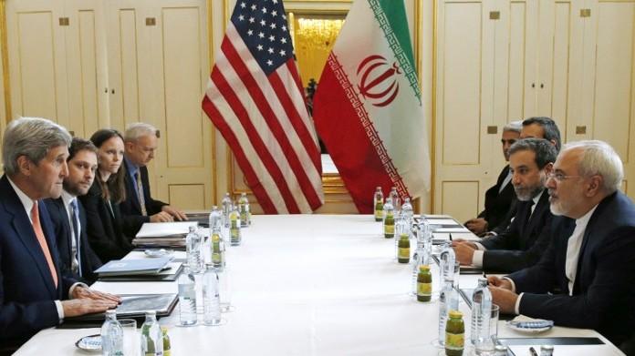 وزير الخارجية الأمريكي جون كيري بلقاء مع وزير الخارجية الإيراني محمد جواد ظريف في فيينا، 16 يناير 2016 (AFP/ POOL / KEVIN LAMARQUE)