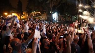 متظاهرون امام عرض مغني الراب العربي تامر نفار في حيفا، 18 اكتوبر 2016 (Mhassan Nasser/Joint List spokesperson)