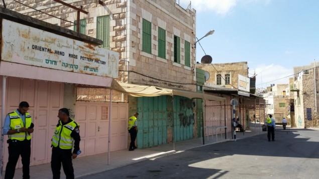 شارع مع محلات تجارية فلسطينية مغلقة بالقرب من الحرم الإبراهيمي في الخليل، 19 أكتوبر، 2016. (Raphael Ahren/Times of Israel)