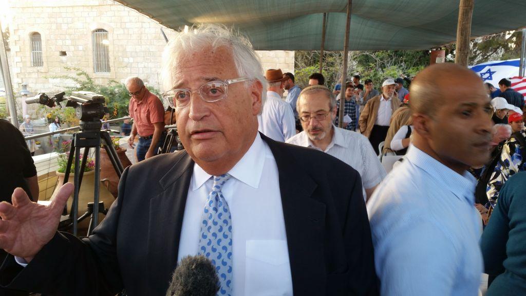 دافيد فريدمان، مستشار ترامب للشؤون الإسرائيلية، يتحدث مع صحفيين في تجمع دعم لترامب في القدس، 26 اكتوبر 2016 (Raphael Ahren/Times of Israel)