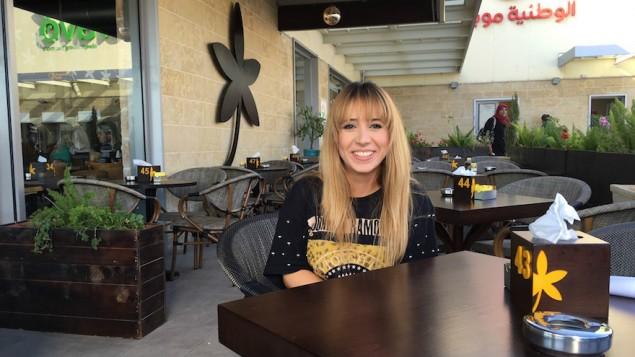 """نجلاء أبو روس، مضيفة في """"جاسمين كافيه""""، تجلس في المقهى قبل البدء بورديتها، 18 سبتمبر، 2016. (Andrew Tobin)"""