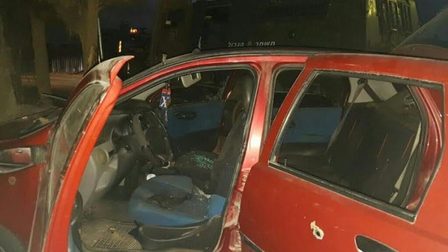 علامات رصاص في سيارة تم استخدامها بهجوم دهس في الضفة الغربية، بالقرب من بيت أُمّر، 30 اكتوبر 2016 (police spokesperson)