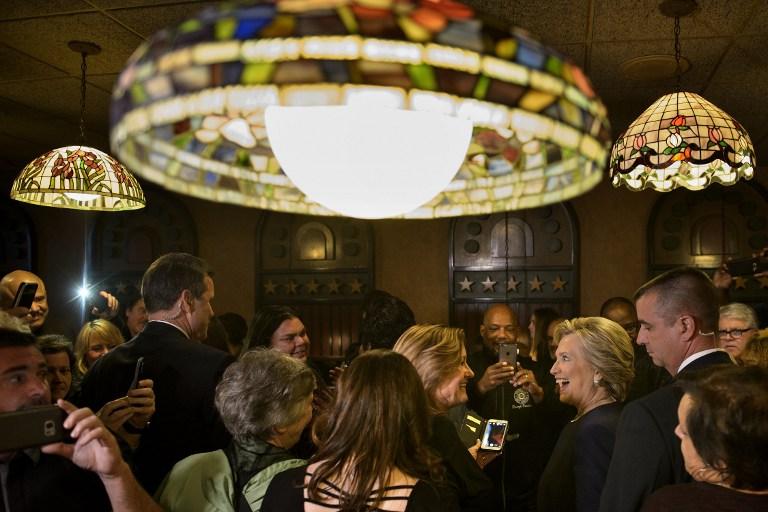 المرشحة الديمقراطية هيلاري كلينتون تجري حملتها في مدينة ديربورن بولاية مشيغن، 4 نوفمبر 2016 (Brendan Smialowski / AFP)